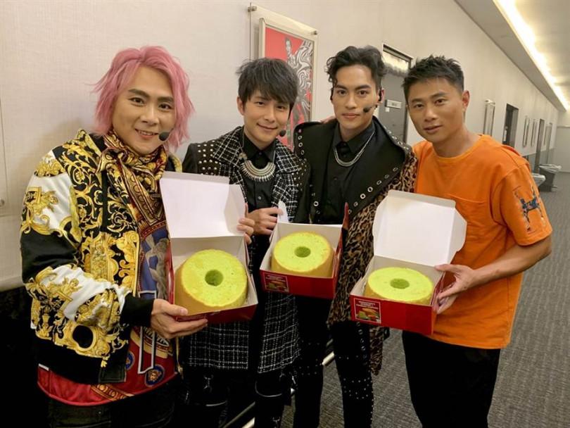 歌迷為5566送上新加坡特產綠蛋糕。(圖/華貴娛樂提供)