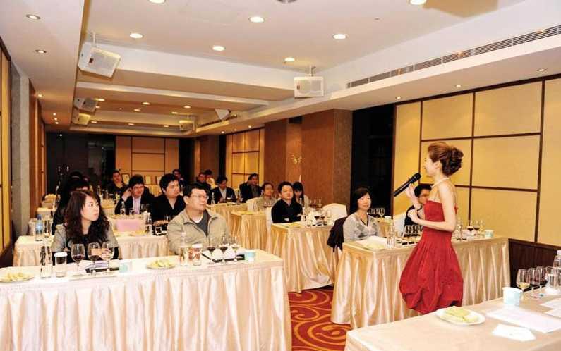 張愷芝是國內許多大企業的葡萄酒講師,也會因對象不同而量身打造課程。(圖/張愷芝提供)