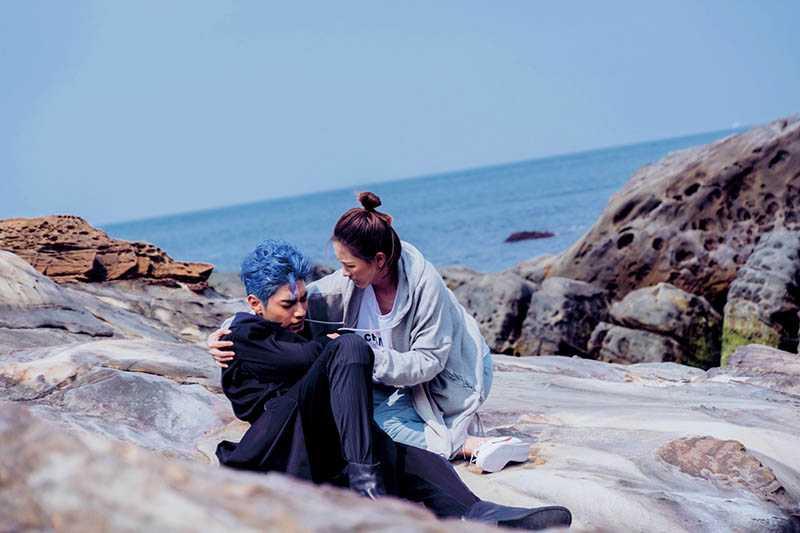 染了一頭藍髮的宋柏緯,在《墜愛》飾演「月老」,墜落凡間後被安心亞救起。(圖/歐銻銻娛樂提供)。