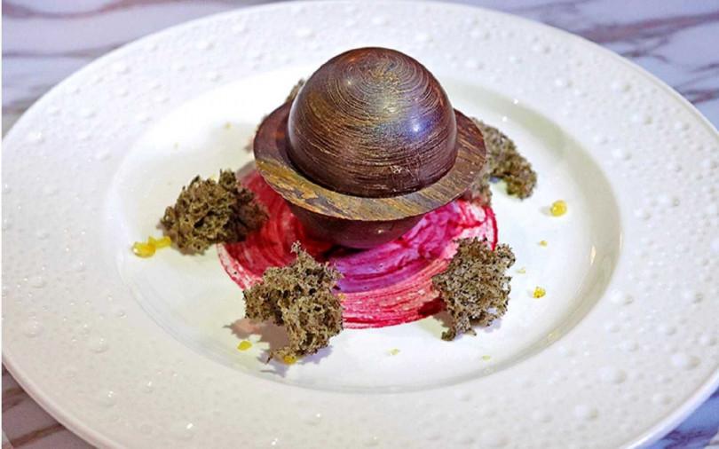 造型獨特甜點「星球」含多風味夾心,搭跳跳糖、芝麻蛋糕增添口感。(圖/S HOTEL)