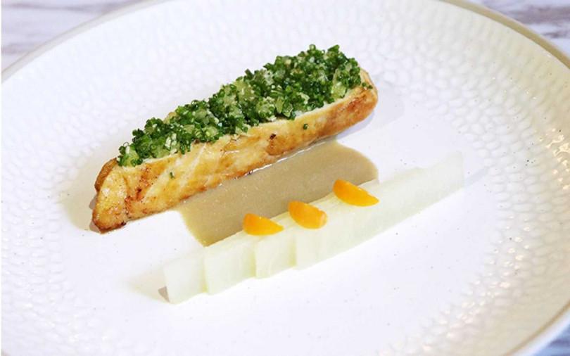 主餐之一「台灣放山雞佐法式鴨肝醬配蝦夷葱與薑」,雞胸肉細緻入味。(圖/S HOTEL)