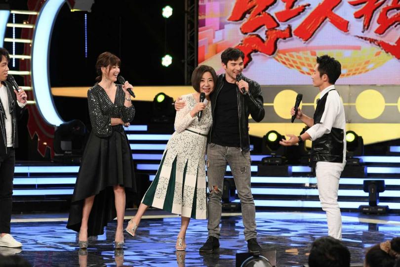 難得登上歌唱節目,鳳小岳(右二)熱情地摟住于美人。(圖/三立提供)