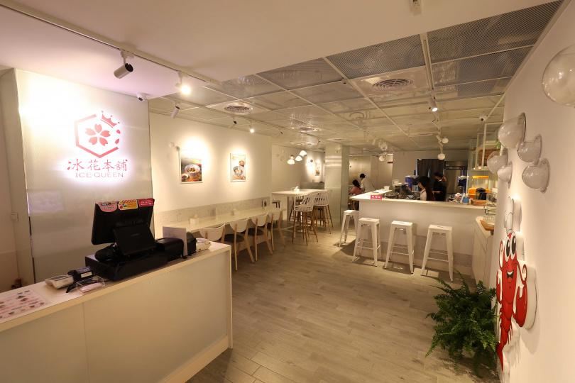 「冰花本舖」以大片白牆營造一個舒適、無壓力用餐的空間。