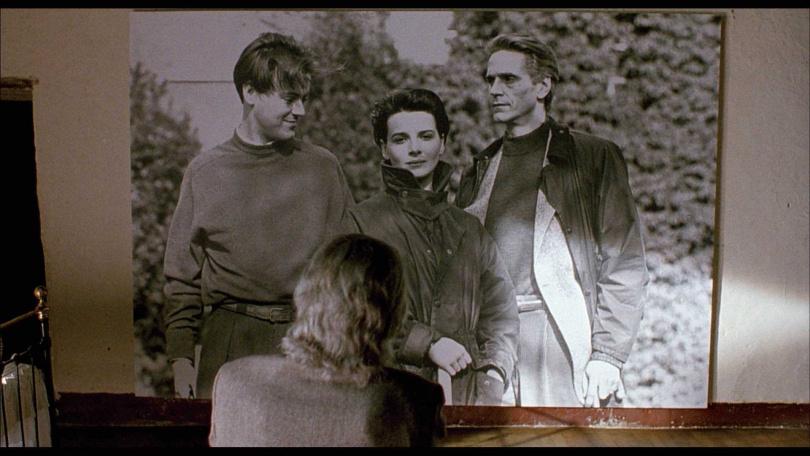 茱麗葉畢諾許在片中,周旋於男友和其父親之間。(圖/甲上娛樂提供)