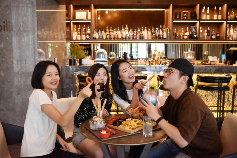 不管是無限暢飲的酒飲,或是開胃的下酒菜,都能讓三五好友齊聚一堂,共享歡樂時光。(圖/台北新板希爾頓酒店)