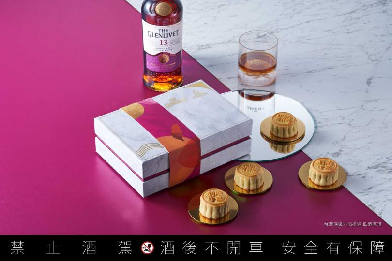 「【醇月】威士忌核桃奶黃月餅禮盒」風味香醇,迷人酒香滿足饕客味蕾。(圖片提供/香格里拉台北遠東國際大飯店)