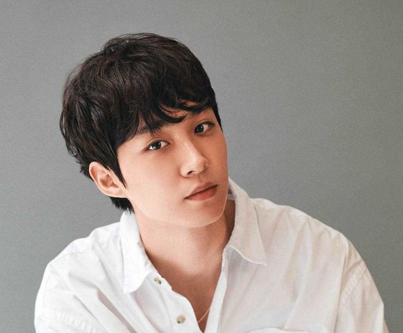 導演李忠炫和朴信惠同年,首次執導長片的他,表示朴信惠給予很多幫助。(圖/NETFLIX提供)