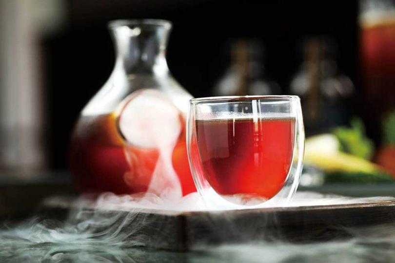以流線形清酒壺盛裝的「金庫冷醉咖啡」其實未加一滴酒,以淺焙呈現清爽與甘甜均衡的風味。(200元)(圖/于魯光攝)