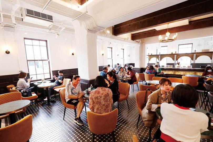 鑲金邊的大理石桌搭配優雅座椅,勾勒出大正浪漫氛圍。(圖/于魯光攝)