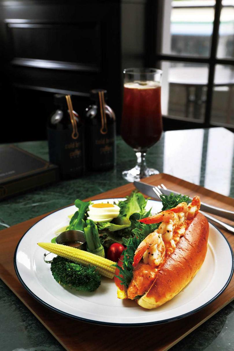 「鮮蝦龍蝦沙拉潛艇堡」的龍蝦沙拉帶有微嗆芥末豐富層次,鬆軟麵包更是加分。(260元)(圖/于魯光攝)