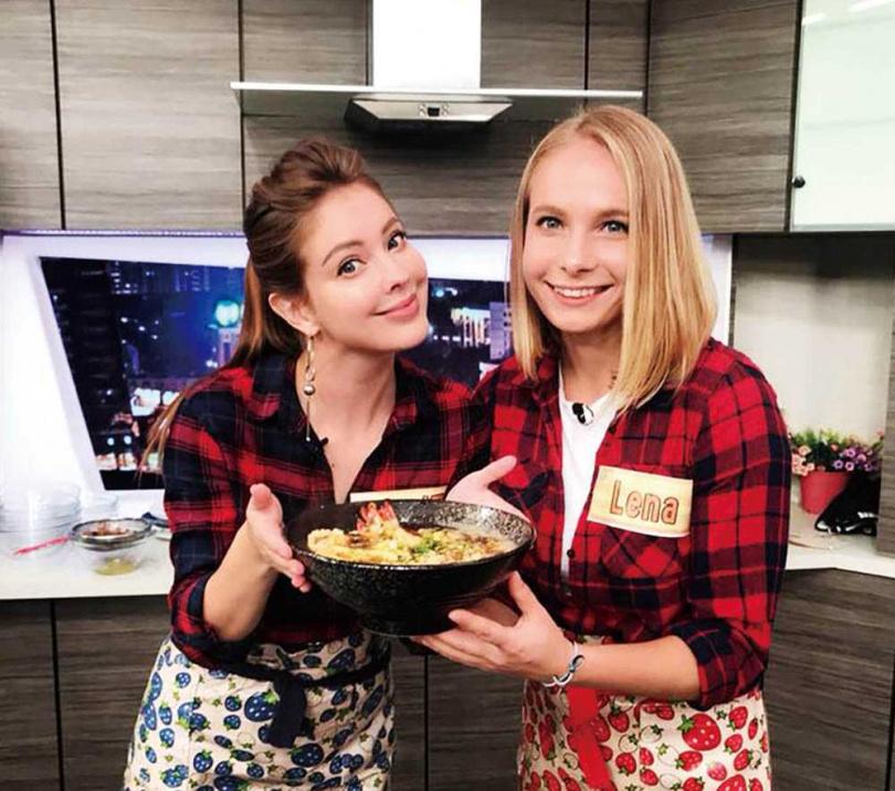 每逢過年,安妮都會準備中俄合併的年菜,與在台相依為命的妹妹Lena圍爐。(圖/翻攝自安妮臉書)