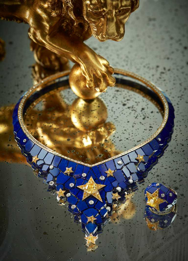 CHANEL「Escale à Venise」系列頂級珠寶,「Constellation Astrale」系列套組,以聖馬可大教堂的金色翼獅、繁星點點的馬賽克背景為靈感,項鍊╱15,707,000元;戒指╱3,542,000元。(圖╱CHANEL提供)