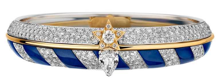 CHANEL「Escale à Venise」系列頂級珠寶,「Volute Marine」手鐲,鑲嵌1顆重約1克拉梨形切割鑽石、青金石及鑽石,中央以黃金線條分隔,呈現優雅對比╱3,850,000元。(圖╱CHANEL提供)