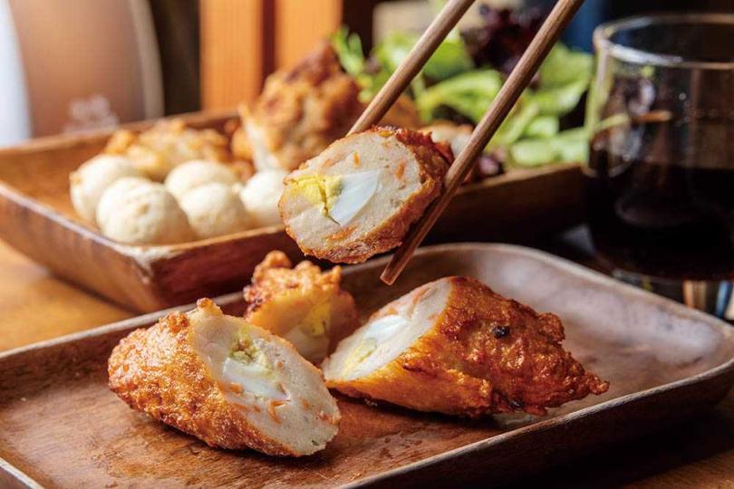 包入切片水煮蛋的「蛋黑輪」同時有著魚漿Q彈與蛋香。(45元/3支)(圖/焦正德攝)