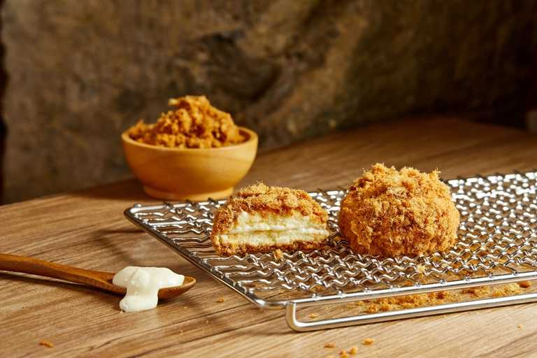 「肉鬆小波」,柔軟的蛋糕體夾著特調卡 士達醬,在最外層裹上滿滿的肉鬆。