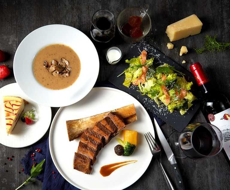 「經典牛小排」搭配蘿美鮭魚沙拉、松露菌菇濃湯等豪華配餐,「王品牛排」讓你在家也能吃。