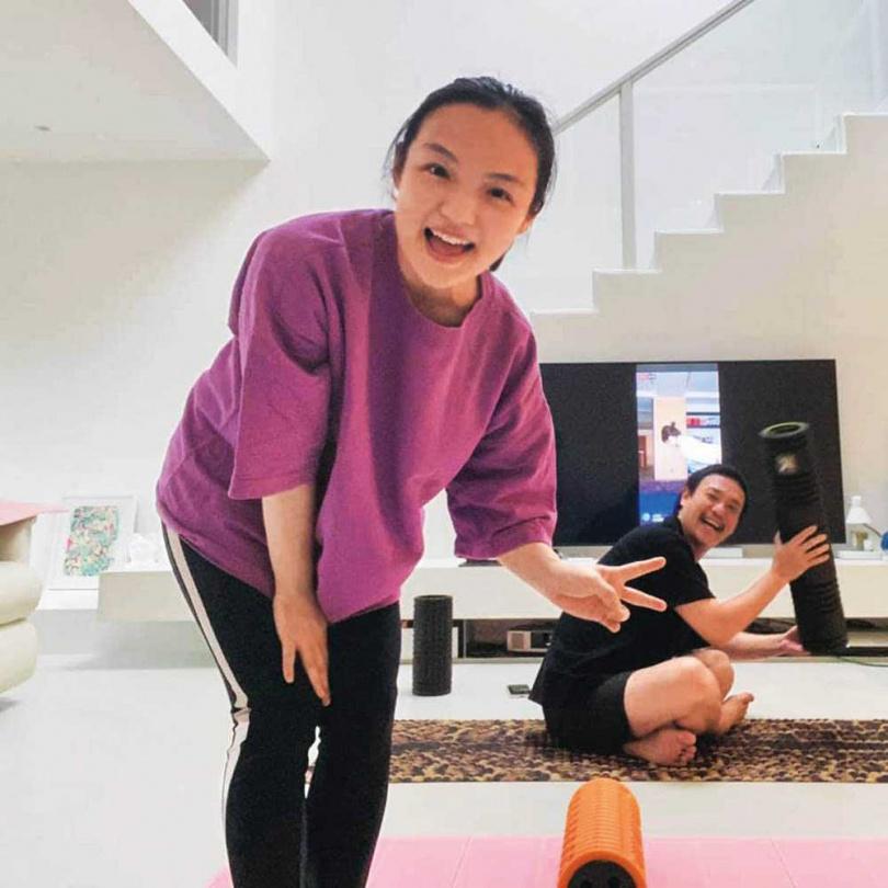 徐佳瑩與老公比爾賈每周都會守在螢幕前,等著上柴智屏的課。(圖/翻攝自柴智屏臉書)