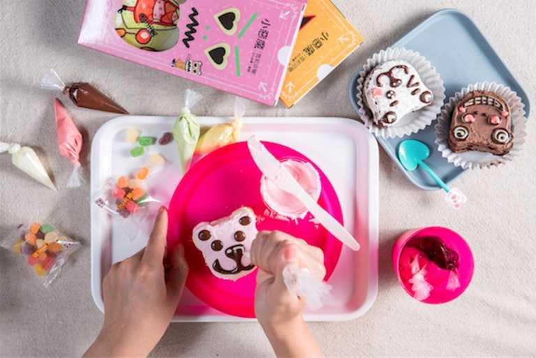 夏日小朋友最愛的冰品也能在家DIY,「小惡魔雪莉貝爾創意冰品」推出小惡魔冰棒DIY彩繪及珮吉貝爾彩繪DIY蛋糕套組。
