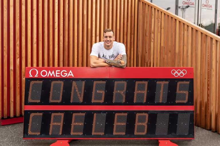 歐米茄新任形象大使德萊賽爾,參訪東京奧運官方計時展示間現場。(圖╱OMEGA提供)