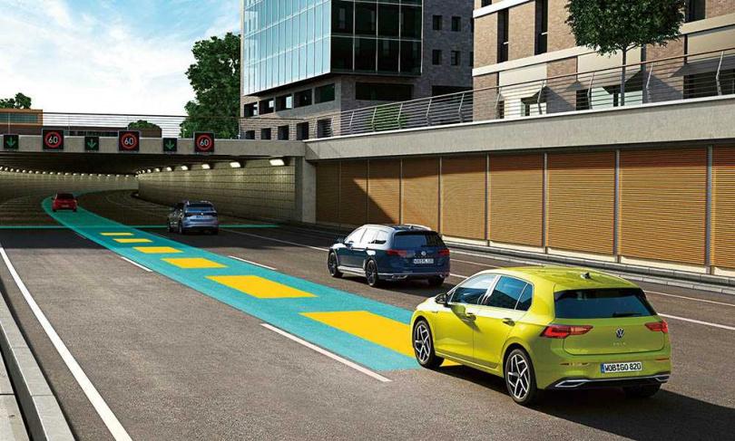 八代Golf新增道路虛擬實境顯示功能,啟動Travel Assist智慧車陣穿梭系統時,可將周圍路況以3D介面顯示於數位儀表中。(圖/台灣福斯提供)