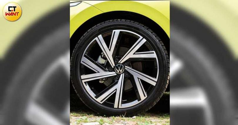 試駕的280 eTSI R-Line車型配備18吋的Bergamo鋁合金輪圈。。(圖/黃耀徵攝)