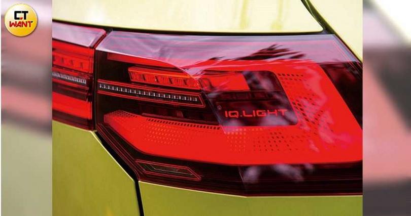 尾燈組也是配備IQ Light系統,尾燈上緣正好連接腰線,「GOLF」字樣則改置於廠徽正下方。(圖/黃耀徵攝)