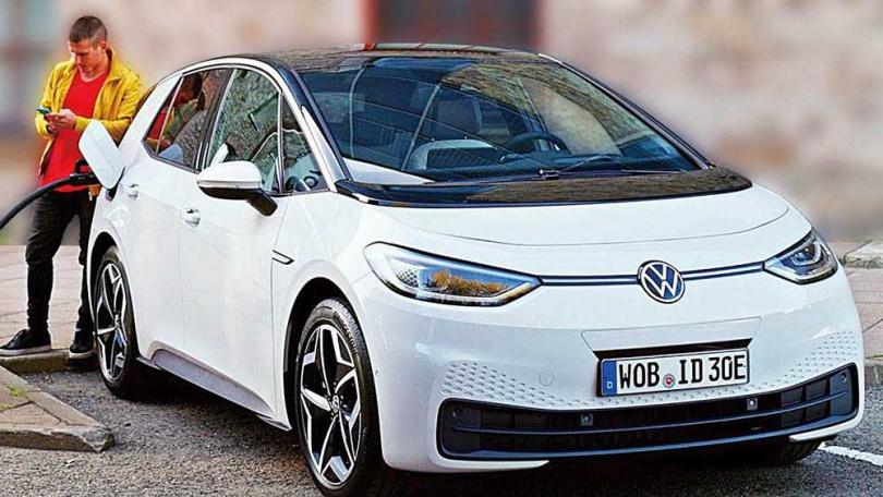 八代Golf的兩側頭燈上緣恰好與水箱護罩連成一線,有幾分神似福斯的純電動車ID.3。(圖/台灣福斯提供)