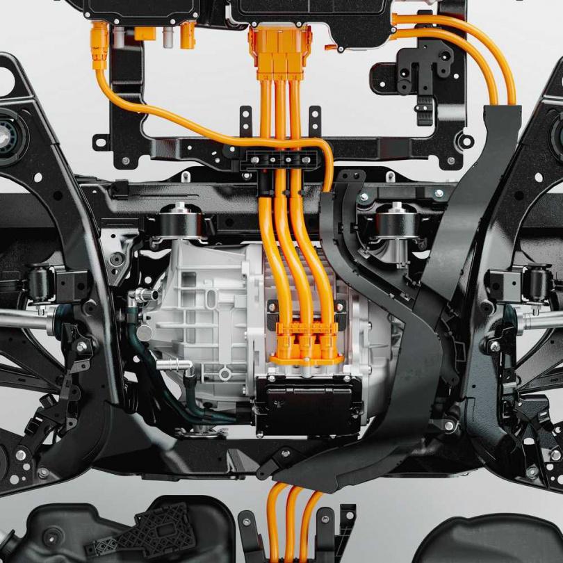 匹配更大容量的電池組,後軸的電動馬達亦將最大功率提升為145hp,這讓T8 PHEV車型的最大出力來到462hp,而提升的65%後輪輸出也將帶來更好的eAWD能力,在全力加速、或低速牽引,甚至濕滑路面上行駛都將保有更好的循跡表現與穩定性。