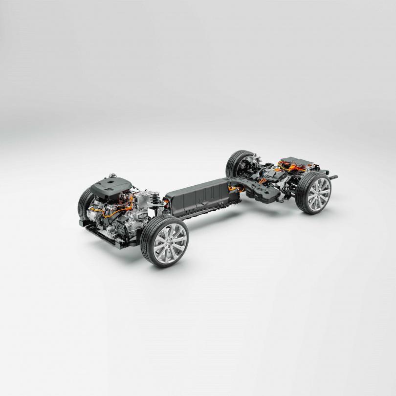 全新22年式PHEV的主要變革在於全新設計的增程電池組,在不增加現有電池總成大小的情況下,運用全新排列方式,將現有11.6 kWh的電池容量,透過電池能量密度的提升(34Ah提高到51Ah)與電池芯數量增加(96 cell提高到102 Cell)等方式,讓總電池容量來到18.8 kWh。