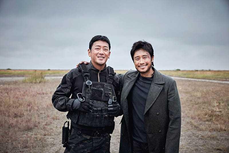 河正宇(左)與李炳憲在演藝圈打滾多年,卻是首次合作。(圖/車庫娛樂提供)