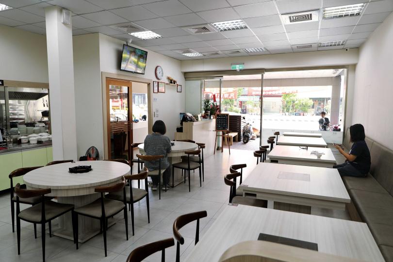 「海安牛肉食堂」的用餐環境明亮寬敞,在台南的火鍋店中頗為少見。(圖/于魯光攝)
