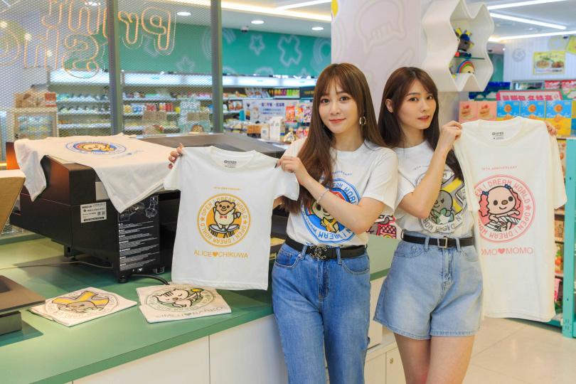 本次最大亮點就是導入日本最新棉料噴印機的客製化T恤體驗區,輸入要印刷的英文文字,只消20分鐘,即可將專屬自己、獨一無二的T恤帶回家!(圖/統一超商)