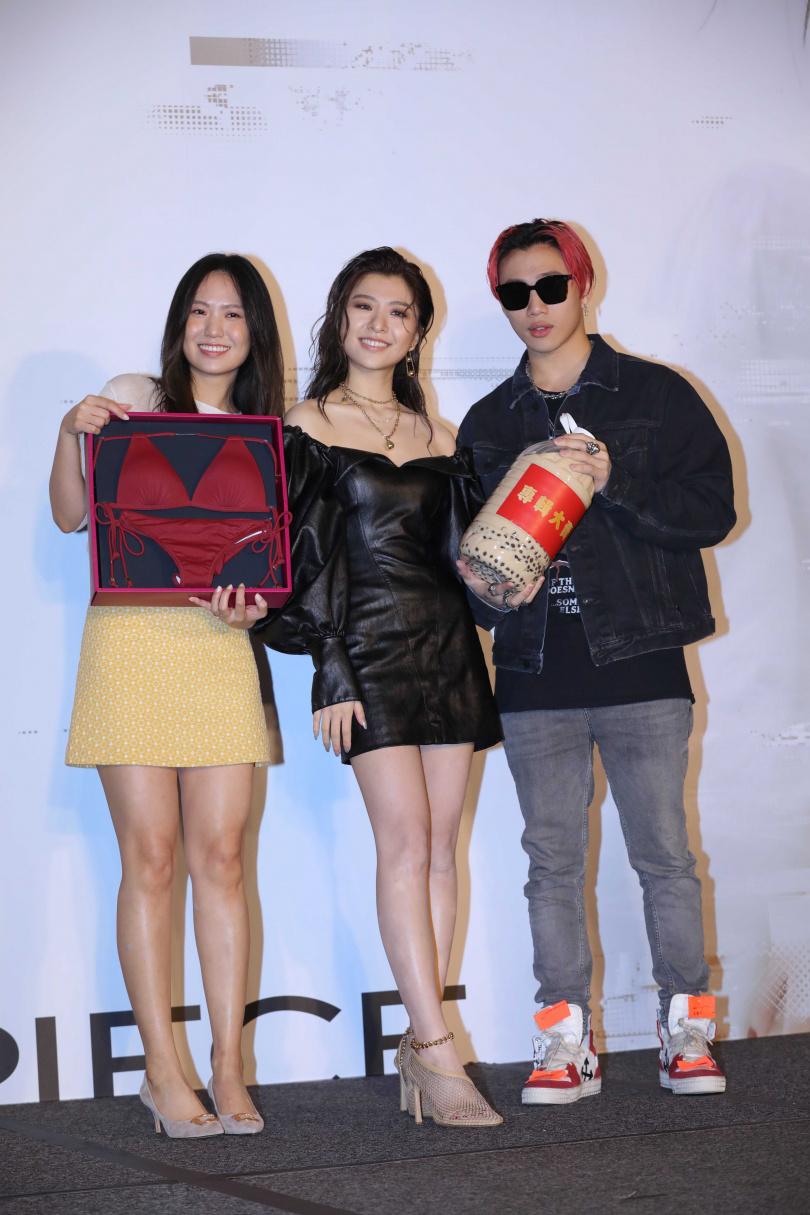 關詩敏(中)睽違歌壇4年發片,好友孫盛希(左)送上紅色比基尼,ØZI(右)也到場祝賀。(圖/施岳呈攝)