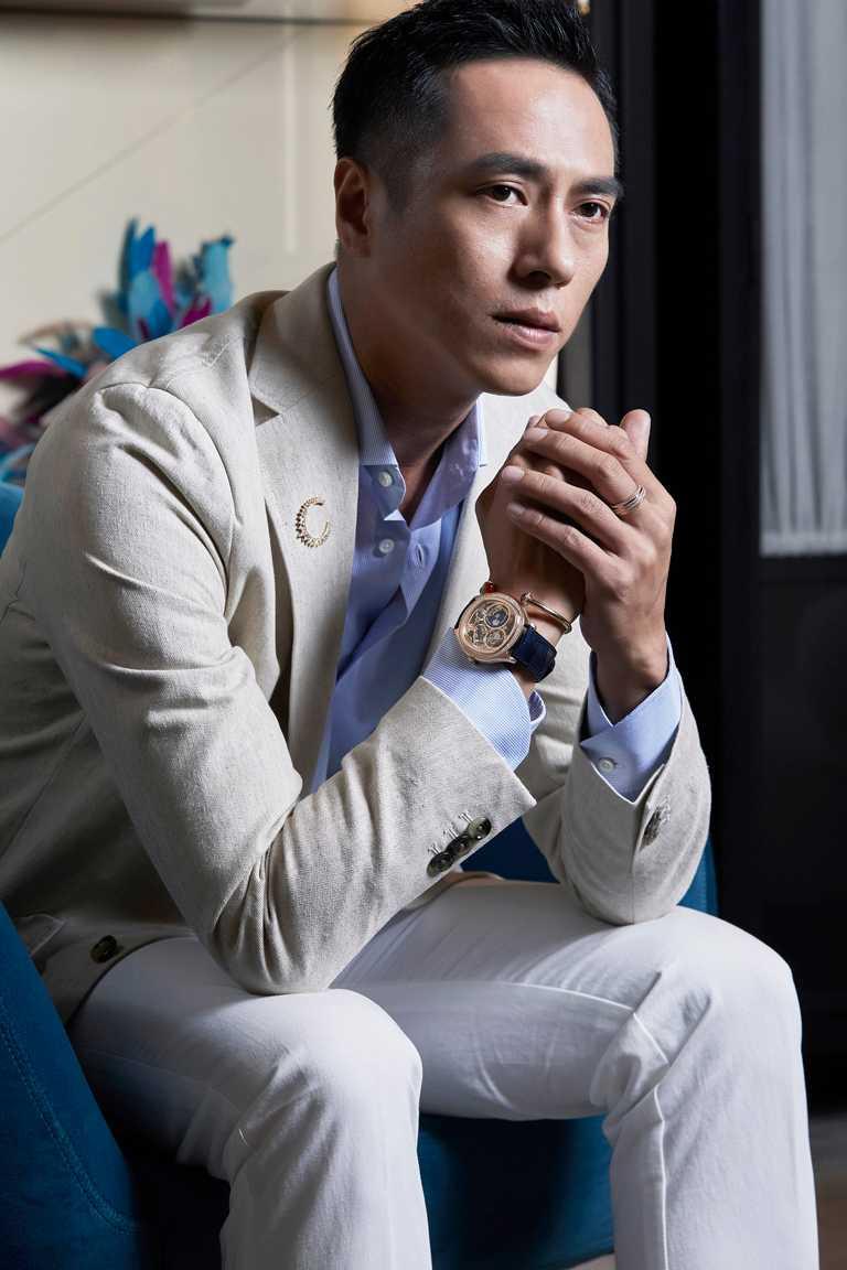 金鐘視帝莊凱勛,佩戴PIAGET「Polo Emperador系列」自動上鍊鏤空超薄飛行陀飛輪鑲鑽腕錶新作,為經典時計風華展瀟灑揭幕。(圖╱PIAGET提供)