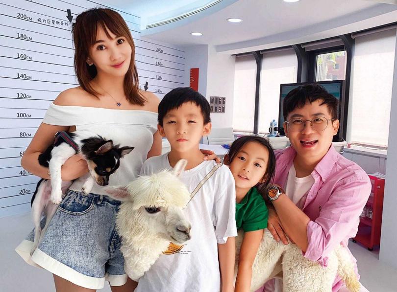自從養了吉娃娃喬丹和草泥馬麥可之後,王宥忻發現一雙兒女變得很有責任感。(圖/翻攝自王宥忻IG)