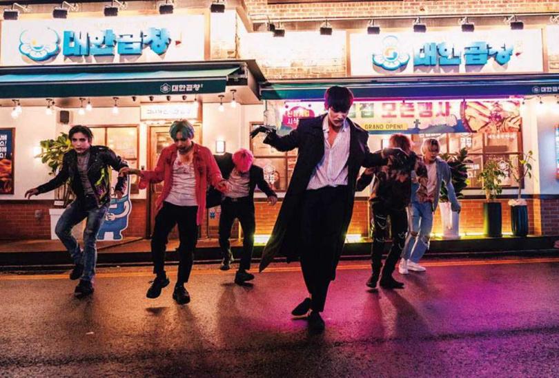 扮演殭屍的崔振赫,為了食物在街頭打工,還大跳2PM的舞曲搶占C位。(圖/LINE TV提供)