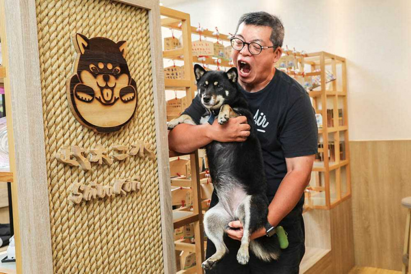 老闆李兆良和小店長黑柴Kori,感情相當深厚。(圖/林士傑攝)