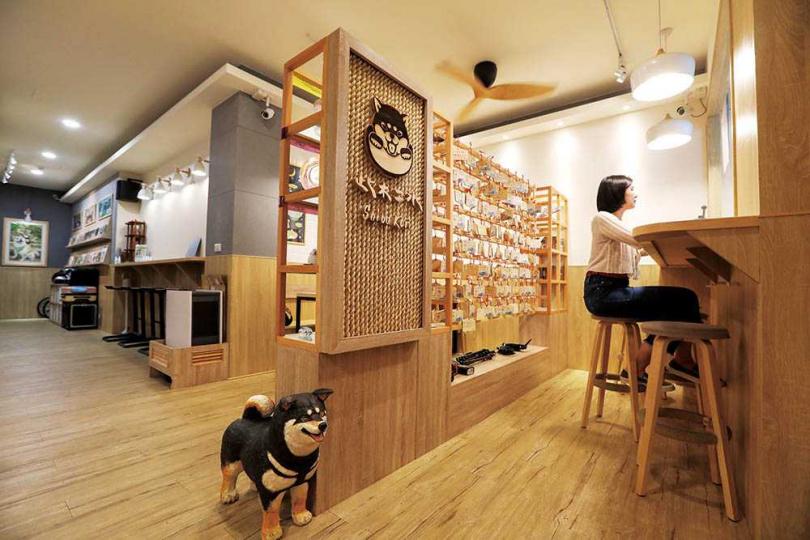 除了手作雪花冰,店家另有寄賣柴犬相關文創小物。(圖/林士傑攝)