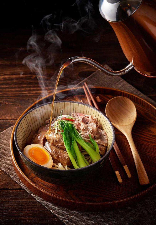 「椒香牛腩雙饗麵」選用美國牛肋條、紐澳牛筋及牛肚三大部位。