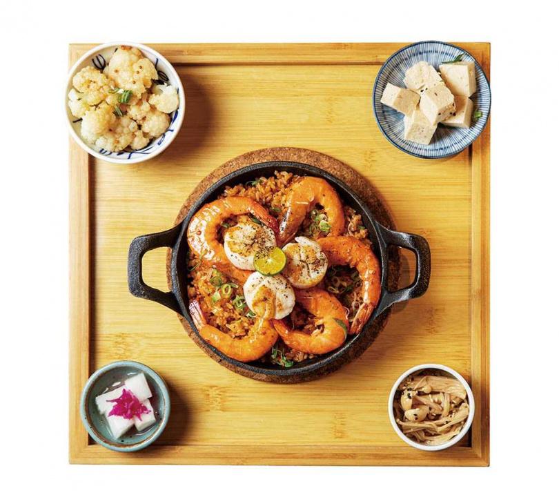 海味滿滿的「北海道干貝奶油蒜蝦飯」是人氣菜色之一。(390元)(圖/宋岱融攝)