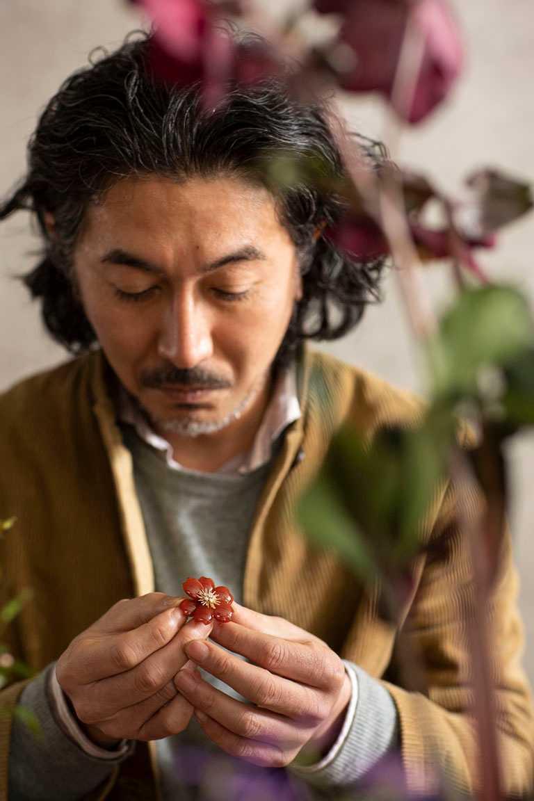 日本花卉藝術家片桐功敦,與梵克雅寶聯手打造《Light of Flowers》東京期間限定展覽。(圖╱Van Cleef & Arpels提供)
