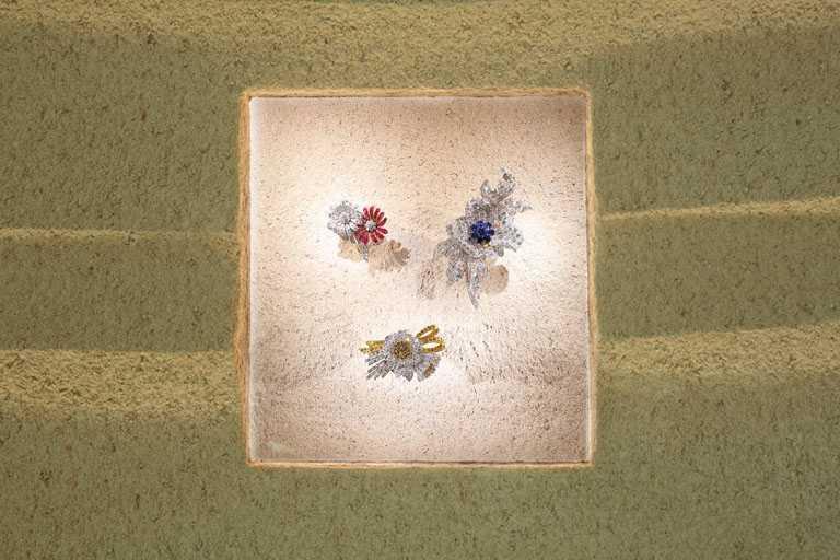 梵克雅寶《Light of Flowers》東京期間限定展覽,Flowers系列高級珠寶作品。(圖╱Van Cleef & Arpels提供)