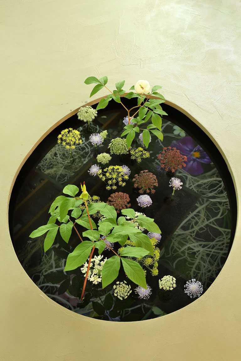 梵克雅寶《Light of Flowers》東京期間限定展覽,花卉藝術細節令人流連忘返。(圖╱Van Cleef & Arpels提供)