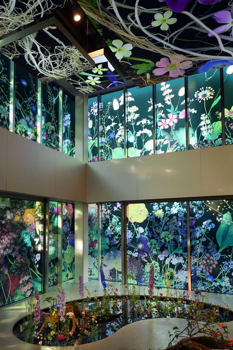 梵克雅寶《Light of Flowers》東京期間限定展覽,結合珠寶與花卉的裝置藝術,充滿日式詩意。(圖╱Van Cleef & Arpels提供)