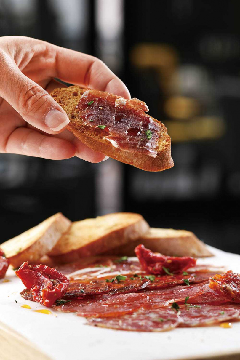 來自西班牙「5J」的伊比利火腿,搭配切片的Tapas麵包,美味加乘。(圖/于魯光攝)