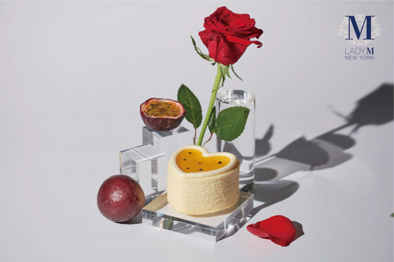 Lady M首次推出的心型百香果千層,金黃濃郁的百香果風味,洋溢明亮的酸香氣息 (售價990元_組)