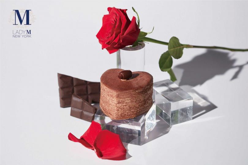 廣受喜愛的心型巧克力千層,餅皮間均稱抹入滑順柔和的巧克力鮮奶油,上層點綴牛奶巧克力,尾韻的奶香倍感溫柔 (售價990元_組)