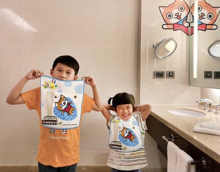 可愛的小猫巴克里方巾,入住就可免費獲得。