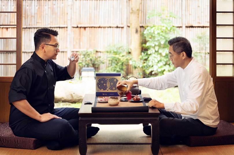 水根肉乾第三代職人邱信翰(左)與王德傳茶莊第五代傳人王俊欽(右),打造頂級肉乾茶禮。(圖/水根肉乾提供)