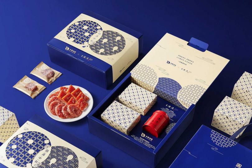 禮盒內含「蒜一口豬肉乾」、「黑胡椒圓燒」與「安尚烏龍」。(圖/水根肉乾提供)